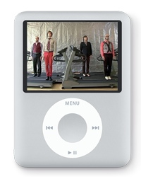 Produktbild på Apples nya version av iPod Nano med en skärmbild från musikvideon från OK Go - 'Here it goes again'