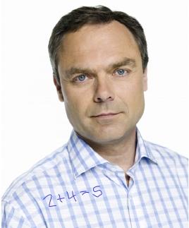Jan Björklund i rutig skjorta med mattetal på några av rutorn. Foto: Kristian Pohl [Bilden lätt manipulerad]