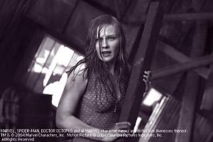 Kirsten Dunst, som Mary Jane, hanterar en planka. Ur filmen Spider-Man 2. Sony Pictures 2004