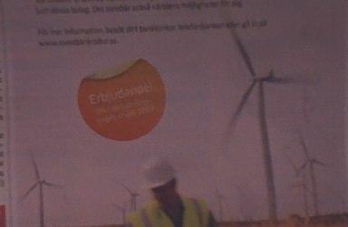 Annons i Dagens Industri med en man som står framför vindkraftverk. Text på orange cirkel med ljusgul flik överst: 'Erbjudande!'